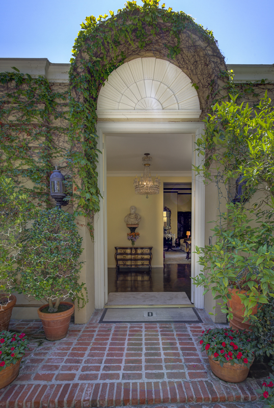 Hamburg - The facade of the villa in Beverly Hills displays typical John Elgin Woolf features such as the shape and height of the front door. Source: Engel & Völkers Beverly Hills