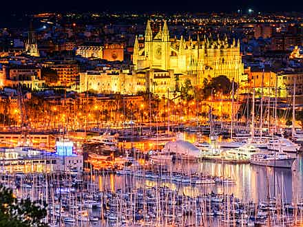 Balearen, Spanien - Palma's port and cathedral are very close of the project