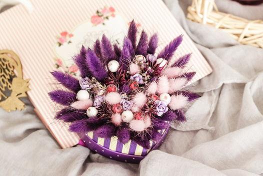 Композиция из сухоцветов в фиолетовой палитре
