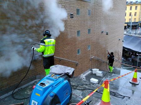 Skånsom, renslig og effektiv Damp rens av teglsteinsvegger for KLP, fjernet rester av tagging og antigrafitti, høst 2017. bilde