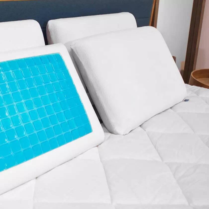 Oreillers rafraichissants posés sur un lit