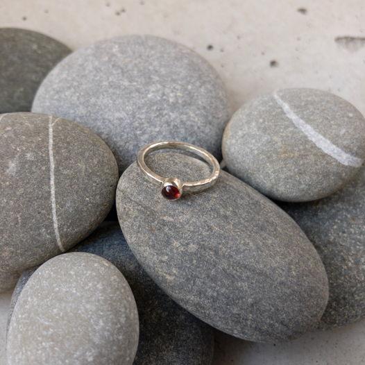 Серебряное кольцо с гранатом, размер 15,5