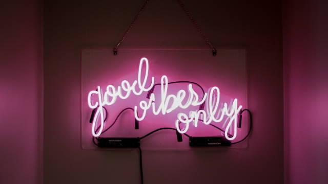 """Et neonskilt med teksten """"Good vibes only"""""""