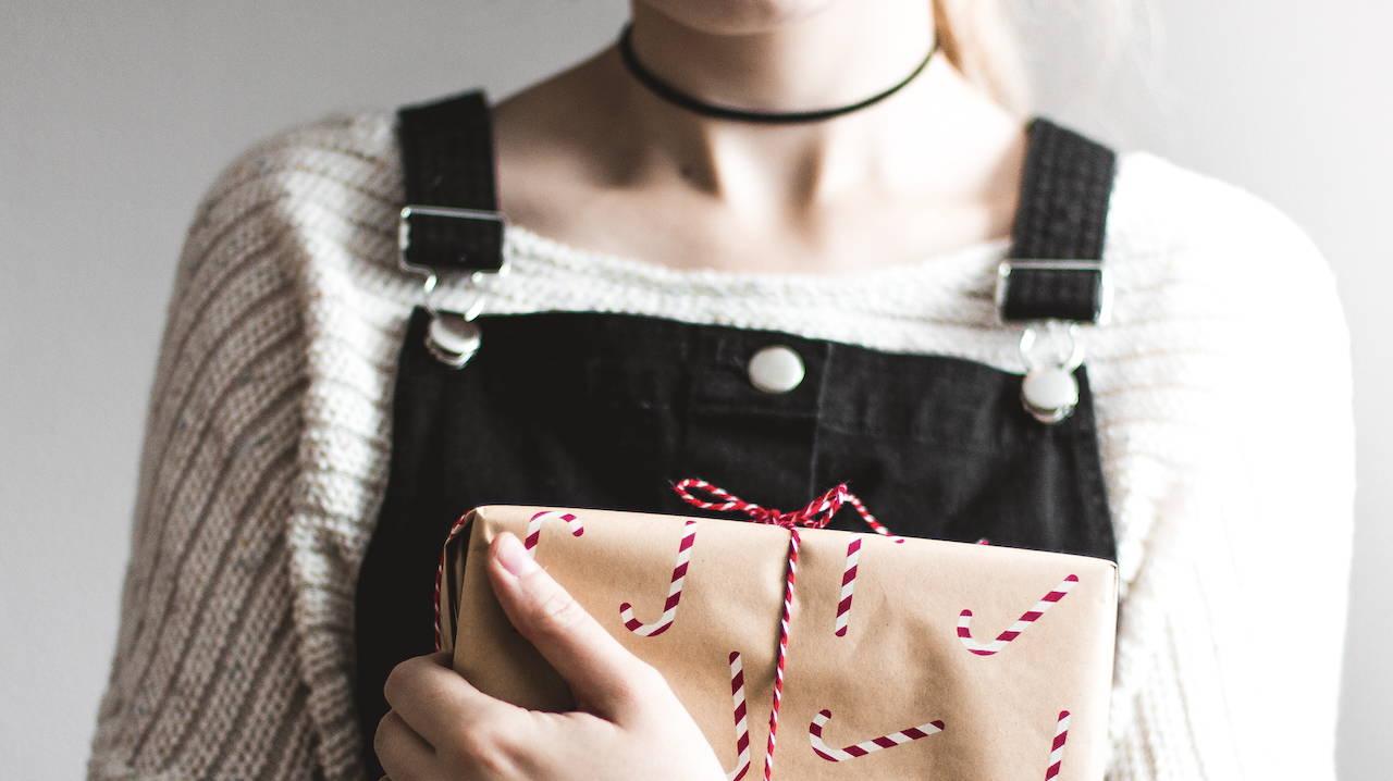 En pige, som står med en pakke