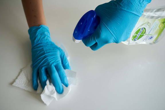 utilisation de produits de nettoyage et d'entretien avec des gants