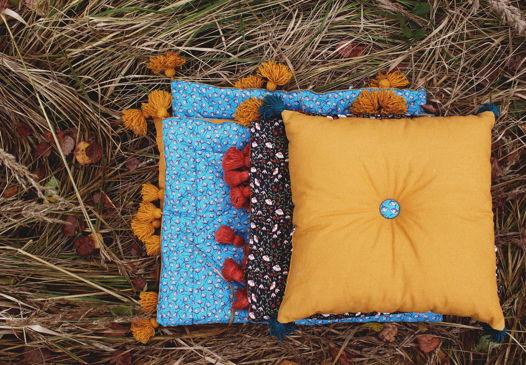 Детская декоративная подушка горчичного цвета с кисточками