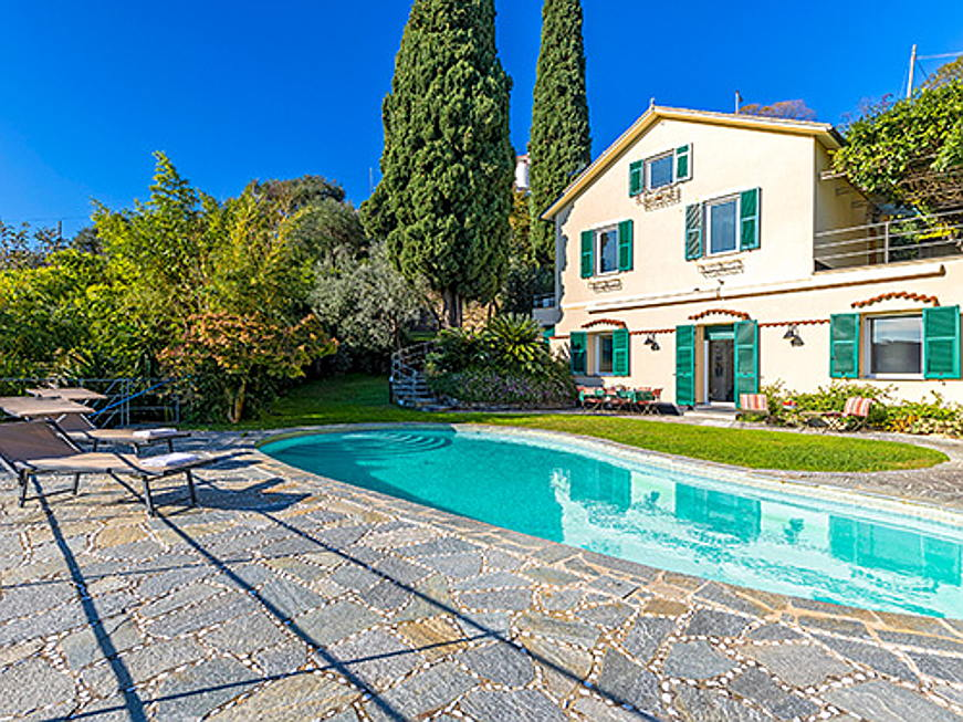 Visp - Engel & Völkers is brokering this finely restored villa on a hill of Santa Margherita Ligure for 3.9 million euros. The property has a living space of 350 square metres, with five bedrooms and five bathrooms. (Image source: Engel & Völkers Santa Margherita-Portofino)