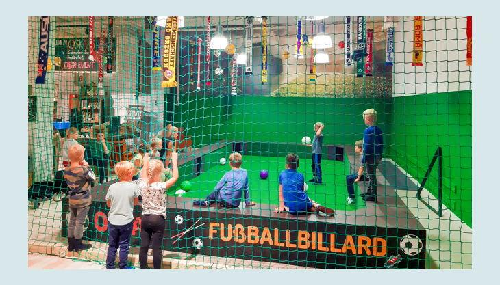 fußballparty mit fußballbillard kinder