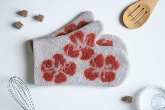 Прихватки-рукавицы из шерсти с маками