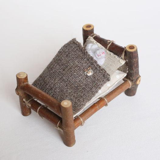 Деревянная кроватка с мышонком