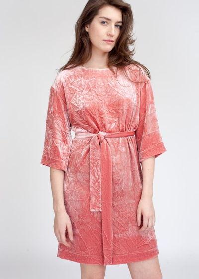 Розовое, прямое платье из жатого бархата