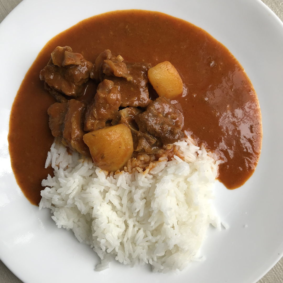 Mutton curry to end the extra weekend. Just moved in a new house for two weeks now. Hubs away and on duty for his second week at work. I usually didnt do much hassle in the kitchen when i'm all by myself. But today i did pressure cooked this mutton curry waited fot it to tender for quite a bit and wallah! Good job mommy! Just don't do this much often you'll gain couple of inches by the end of the year.  😆😆