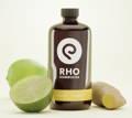Rho Kombucha mit der Geschmacksrichtung Ingwer/Limette neben Ingwer und einer Limette