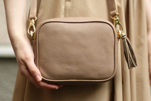 Бежевая кожаная сумка Leah (коричневая молния)