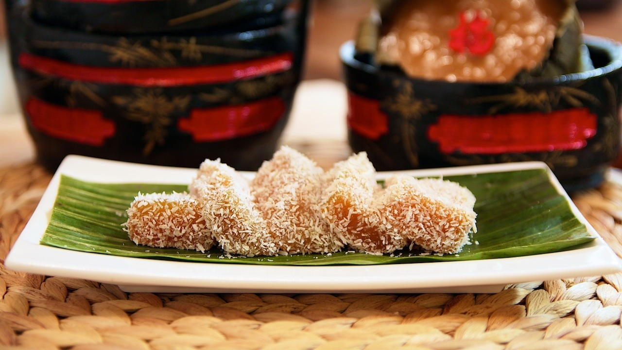 Steamed Glutinous Rice Cake with Coconut