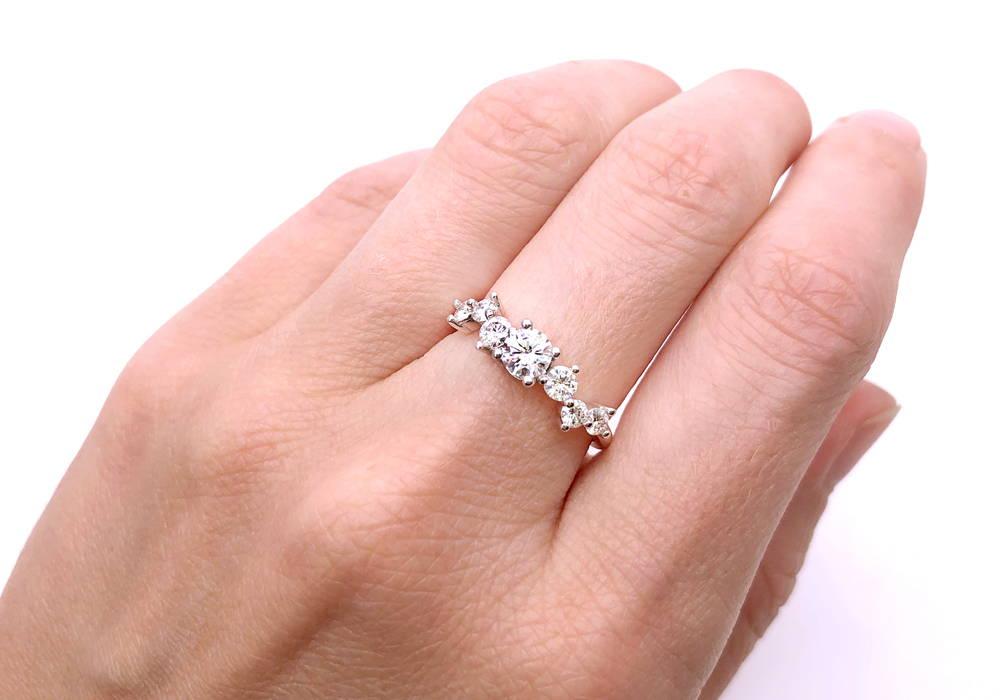 Bague de fiançailles semi-éternité avec un diamant central de 0.35 ct