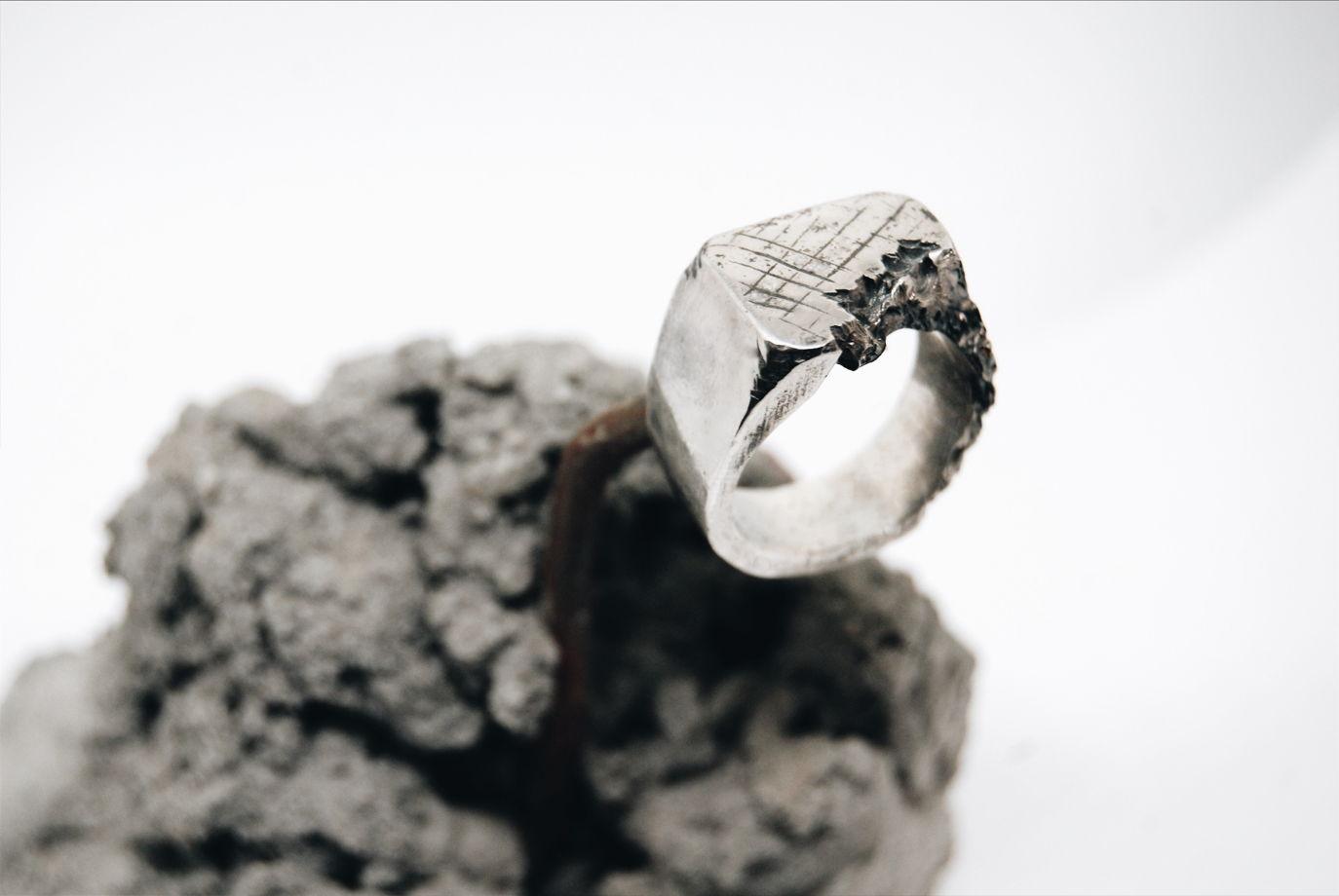Серебряное кольцо с эффектом разрушения