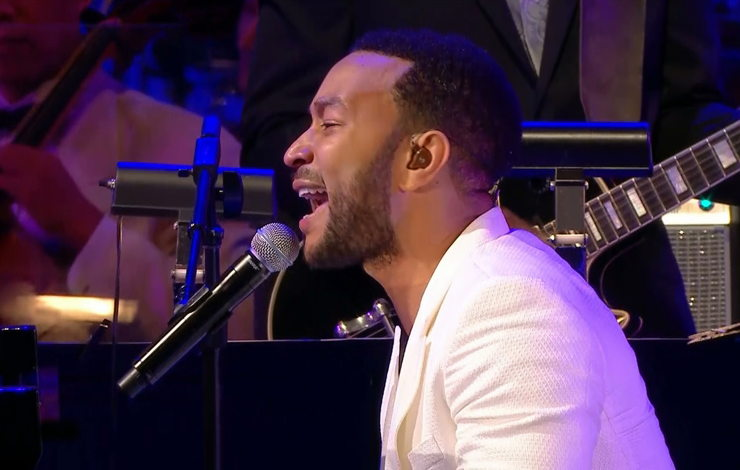 John Legend cantando en su piano en el Hollywood Bowl escenario