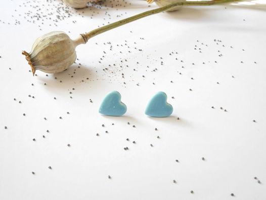 """Серьги-гвоздики """"Сердце"""" голубые в белую крапинку"""