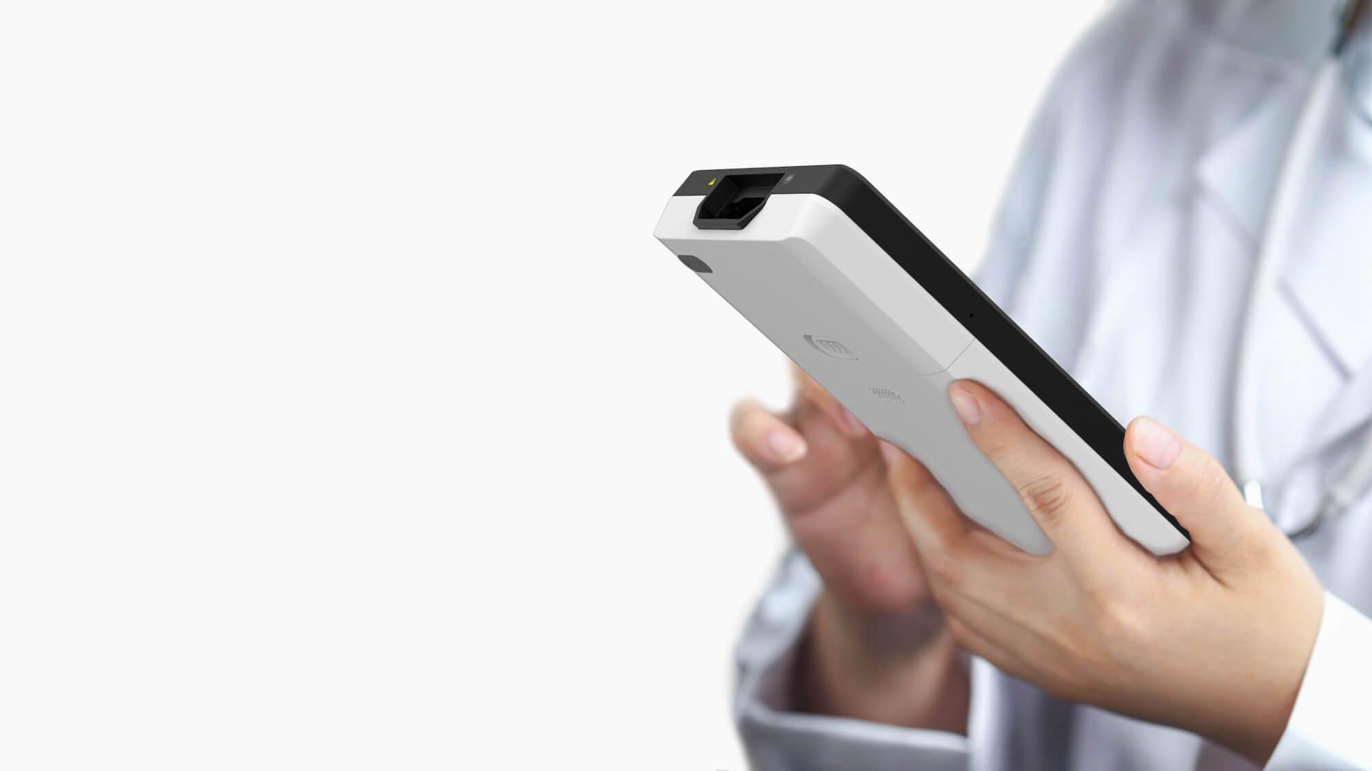 Un médico está utilizando una máquina de ECG basada en tableta inteligente Wellue para editar sus informes en este dispositivo.
