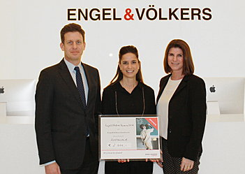 Hamburg - Board Members of the E&V Charity, Thilo von Trotha (left) and Ina Schlüter (right), accepted a donation cheque for 2,000 euros from Rebecca Scheidler (middle), Managing Director of E&V Finance, for the primary school project in Togo