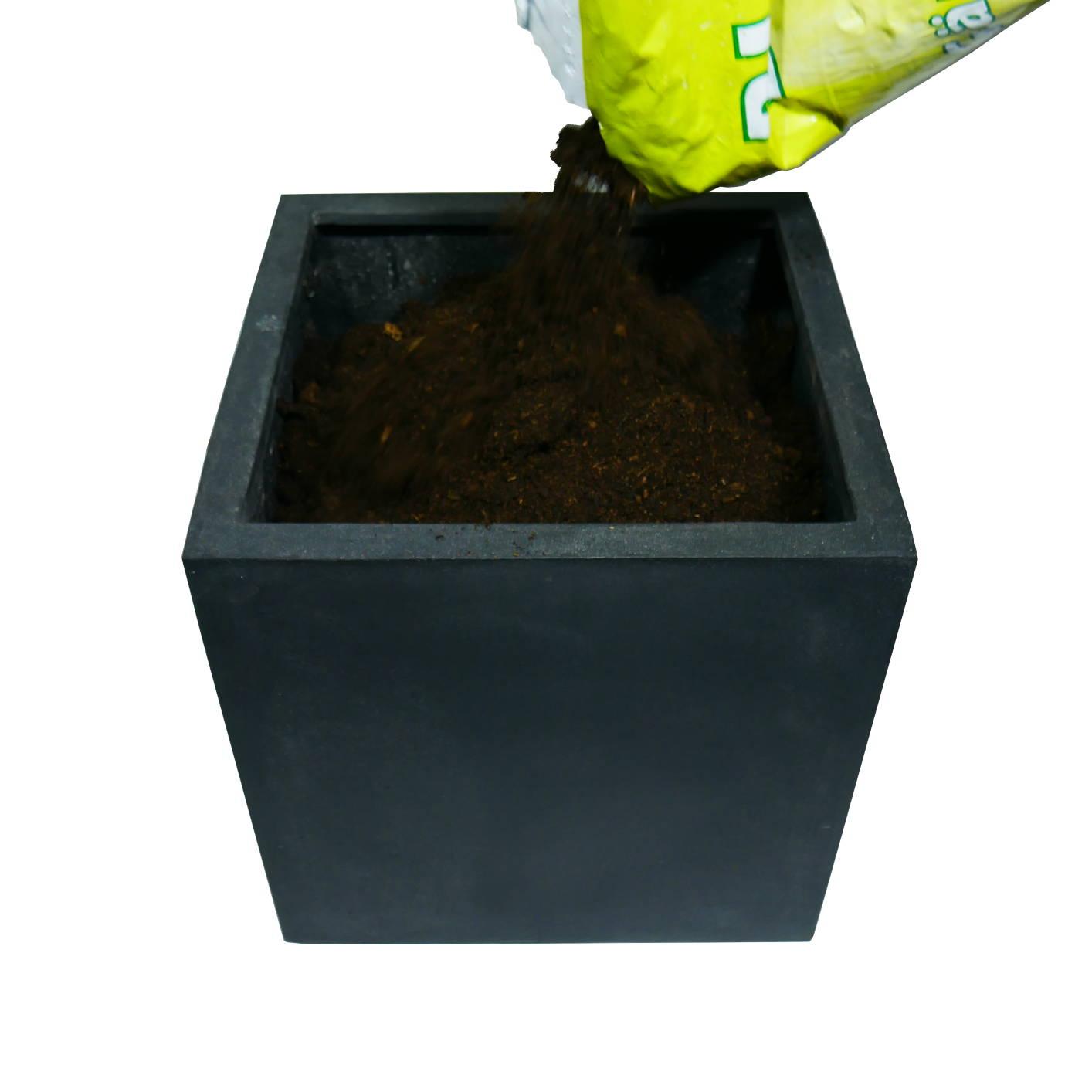 Pflanzgefäß wird mit Erde aufgefüllt