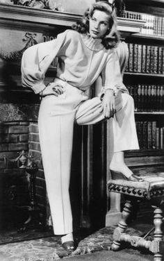 Lauren bacall i bukser og bluse med bishops sleeves