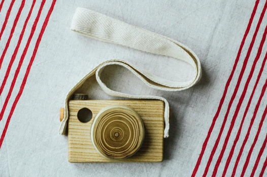 Фотоаппарат деревянный на шнурке