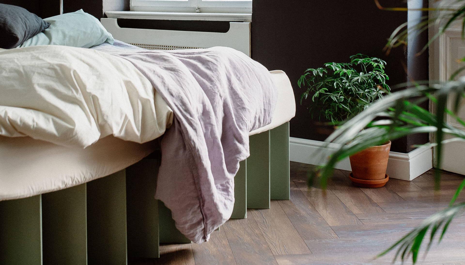 ROOM IN A BOX Co-Sleeping im grauen Familienbett aus Wellpappe