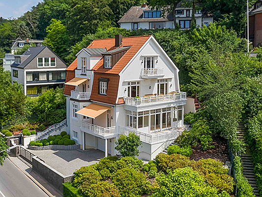 Vilamoura / Algarve - This exclusive mansion overlooking the River Elbe in Hamburg's upmarket Blankenese district is now on sale (price upon request). (Image source: Engel & Völkers Hamburg)