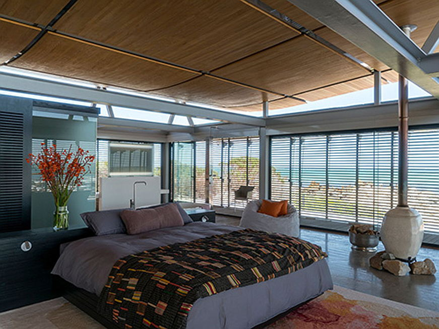 Bolzano - In South Africa this exclusive villa with total living space amounting to around 684 square meters is up for sale for 3.33 million euros. The property boasts four bedrooms, four bathrooms, four garages, a pool and a spacious terrace with sea views. (Image source: Engel & Völkers Camps Bay)