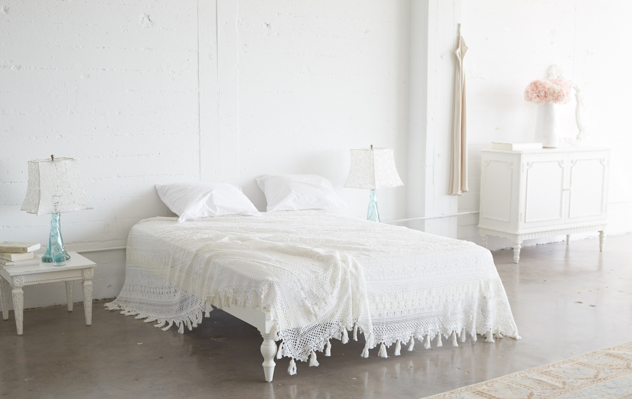 Shabby Chic Decor finds await you in this inspiring lineup of interior design inspiration. #shabbychic #interiordesignideas #decoratingideas #rachelashwell #bedroom