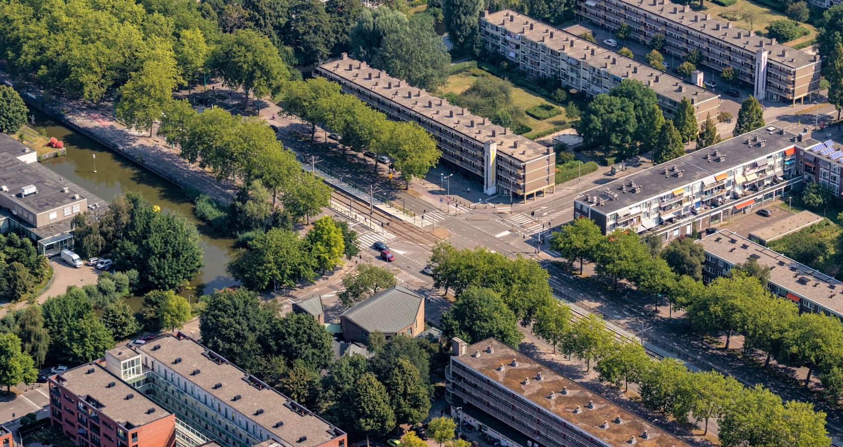 De nieuwe halte A.J. Ernststraat in Amsterdam. Deze halte vervangt de haltes De Boelelaan/ VU en (oude halte) A.J. Ernststraat.