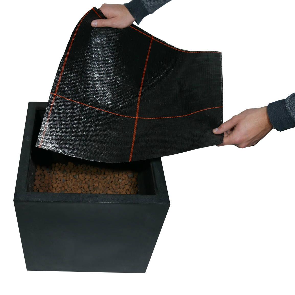 Pflanzgefäß wird mit Nadelfolie ausgelegt