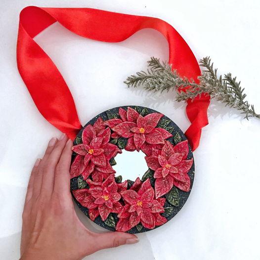 Зеркало-венок с цветами пуансетии