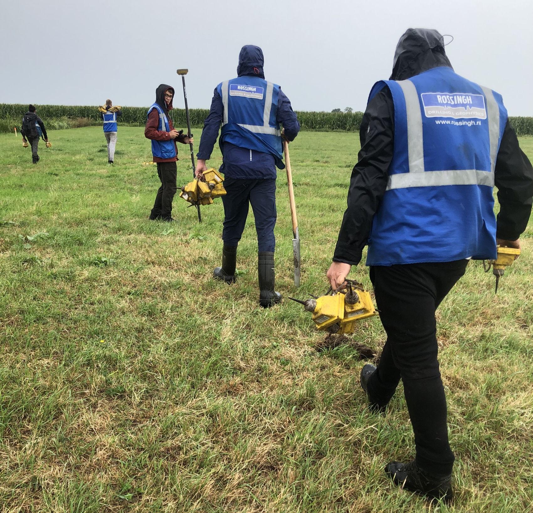In een veld tussen De Meern en Montfoort plaatsen de medewerkers van het programma SCAN om elke vijf meter op een vaste afstand van de testlijn een geofoon.