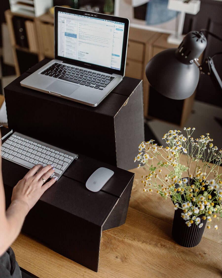 ROOM IN A BOX Arbeiten am MonKey Desk Stehschreibtisch