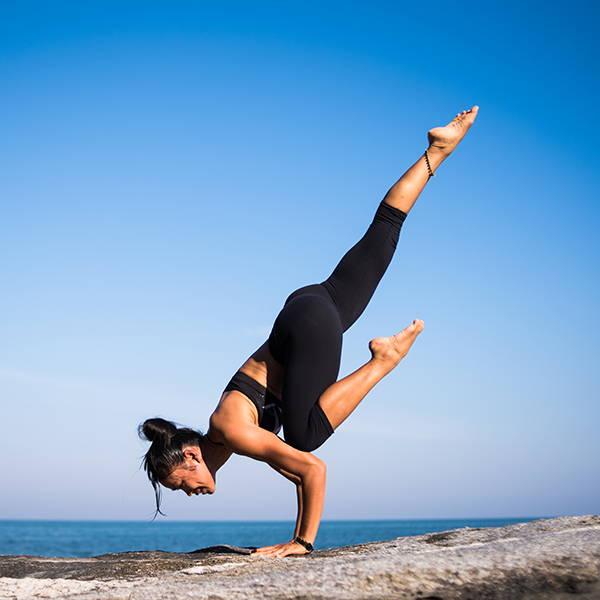 yoga-mountains-sky-women-ocean