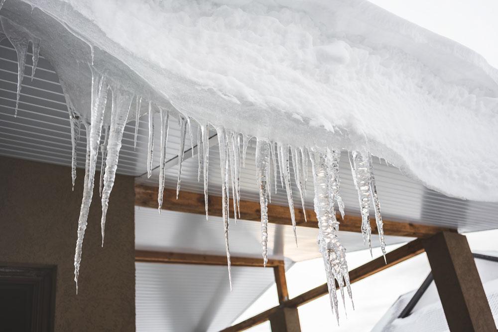 La saison de la glace sur les toits est de retour. Que faire ?