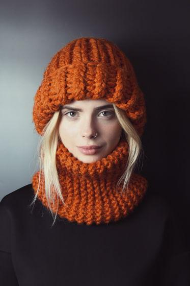 Теплая и объемная шапка полушерсть