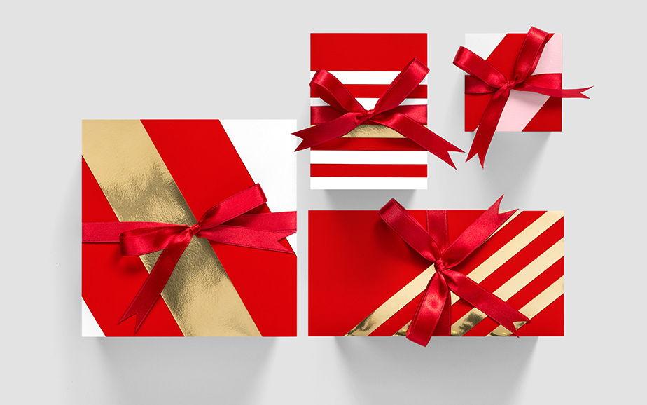 Emballages de Noël rouges et dorés avec des rubans