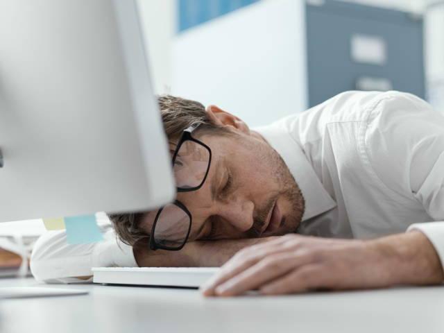 Müde während der Arbeit