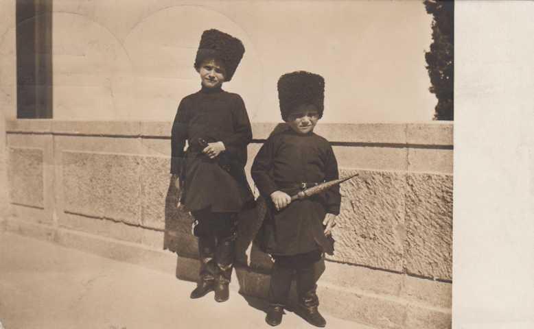 Hessische Prinzen (Söhne) in Kosaken-Uniform
