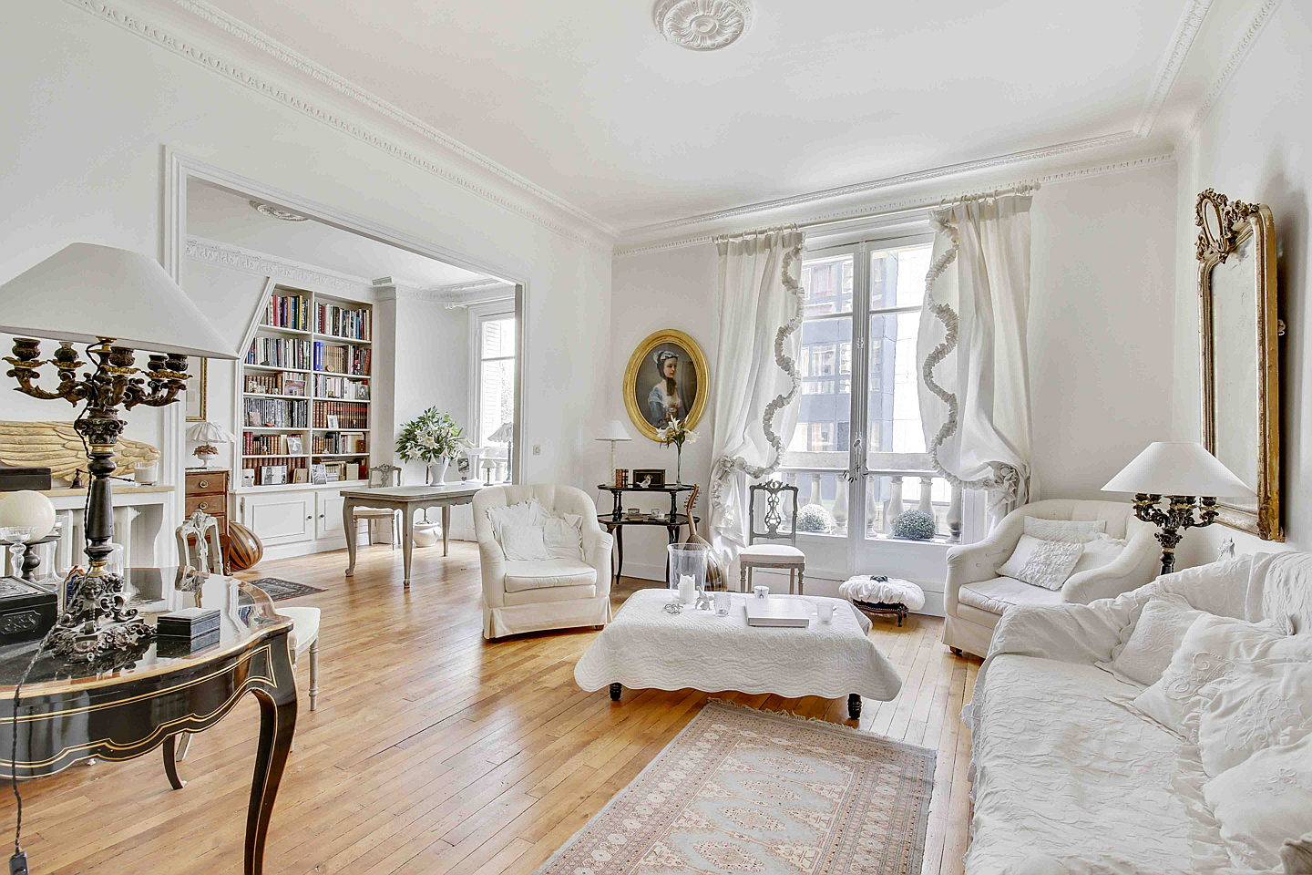 Sintra - This typically Parisian apartment is on sale for 1.3 million euros. The family property is located on the second floor of a building designed in the Haussmann style. The approx. 101 square metre interior consists of two bedrooms and a bathroom.