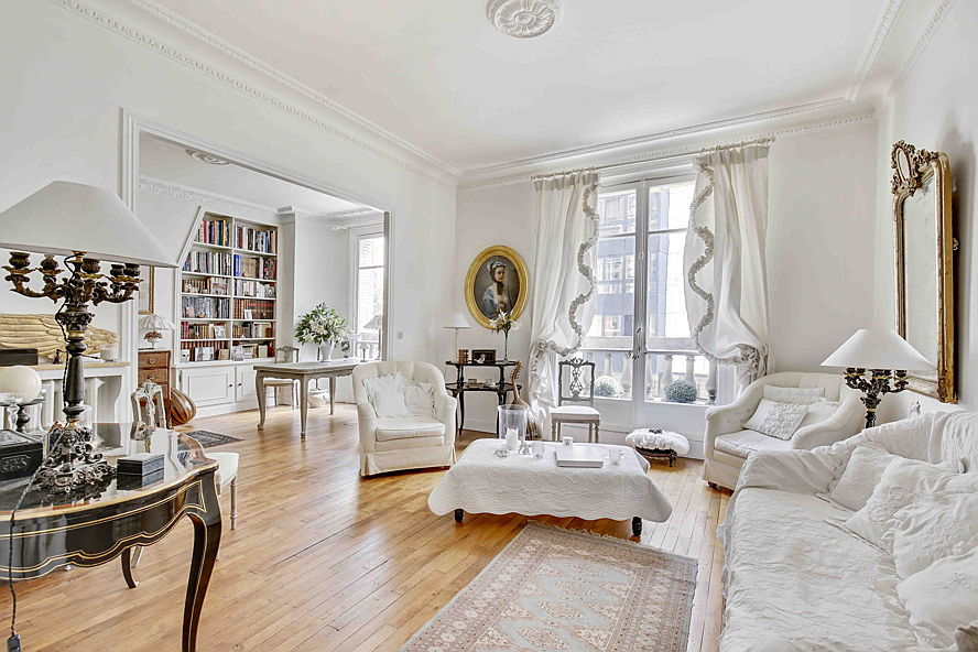 Sant Just Desvern - This typically Parisian apartment is on sale for 1.3 million euros. The family property is located on the second floor of a building designed in the Haussmann style. The approx. 101 square metre interior consists of two bedrooms and a bathroom.