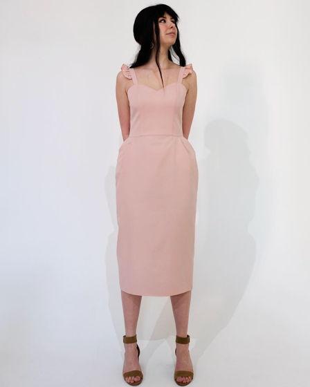 Платье нежно-розового цвета с бретелями-крылышками
