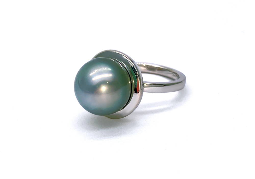 White gold ring with a Tahitian pearl