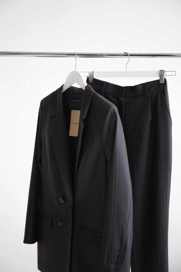 Серый костюм в белую полосочку, натуральная ткань