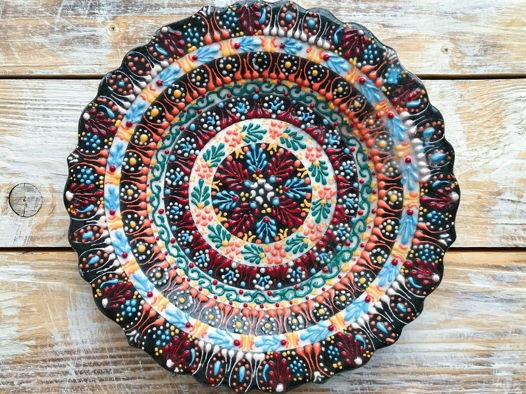 Керамическая разноцветная тарелка с рельефным узором