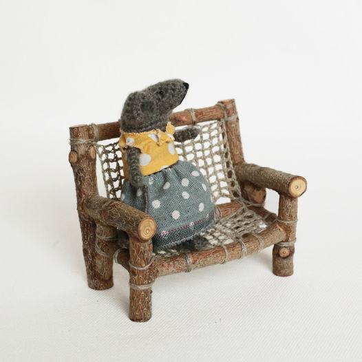 Скамейка деревянная с плетеным основанием и спинкой